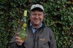 Fritz Wieninger mit Weinflasche